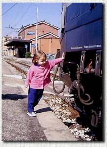 Una giovane appassionata di treni ammira il convoglio della foto precedente (marzo 1999)
