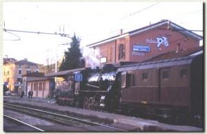 Il convoglio fermo di fronte alla stazione. (4 gennaio 2001)