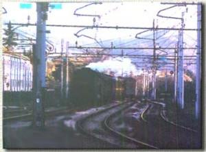 Il convoglio proveniente in retromarcia da Porretta ha già impegnato il primo binario della stazione. (4 gennaio 2001)