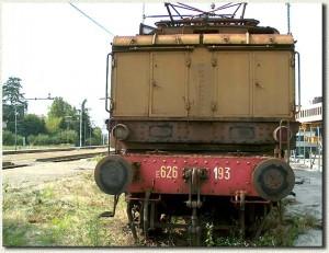 Il locomotore E 626-193 verrà presto rimosso. Nello sfondo si può notare che la ristrutturazione è già iniziata. (2 luglio 2002)