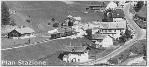Plan Stazione - Convoglio in arrivo e rimessa locomotive vista di fronte - Estate 1952 - Foto W. Planinschek