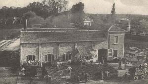 Fabbrica di conserva di pomodoro adiacente la stazione. Si scorgono i gabinetti della stazione e il deposito dell'acqua - Anno 1913
